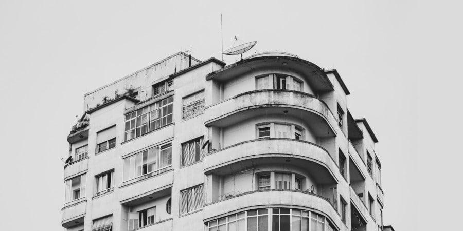 Antenne collective satellite sur le toit d'un immeuble à Nantes (44)
